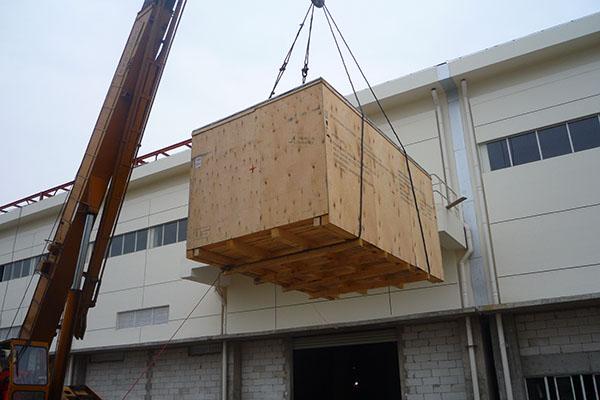 天合光能设备吊装上楼