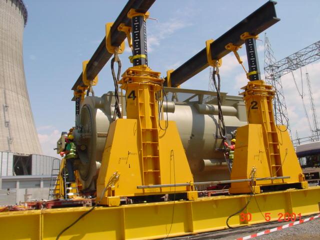 如何用液压龙门吊来进行重型机械搬运的定位安装?